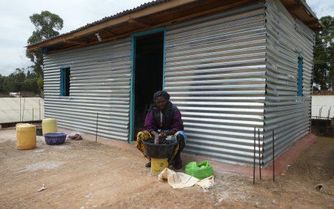 Hier der Aufbau für die Frauen die den Speckstein schleifen. Somit haben sie einen Raum für sich und sind vor Wind und Wetter geschützt.