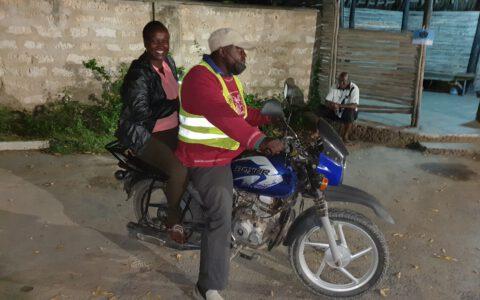 Viele Handwerker haben sich neue Jobs gesucht wie hier z. B. als Moped Taxi Fahrer