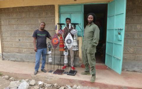 Die Handwerker, die u. a. die wunderschönen Massai Kerzenhalter Figuren herstellen. Auch hier wurden die Gesichtsmasken nur für das Foto abgenommen